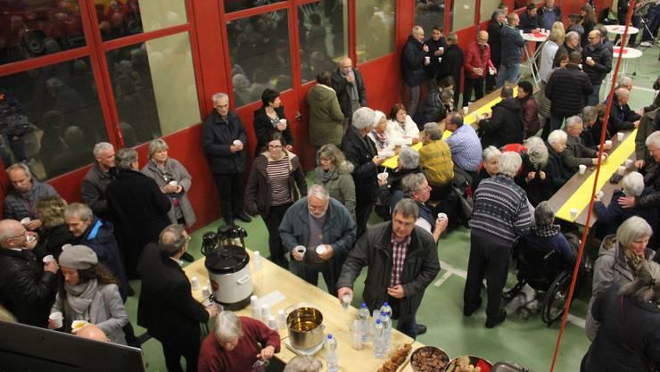 Neujahrsapéro der neuen Gemeinde Lupfig im Feuerwehrlokal mit Rede von Gemeindeammann Richard Plüss, Begleitung der Feldmusik Lupfig und Suppe vom Scherzer Catering-Unternehmen.