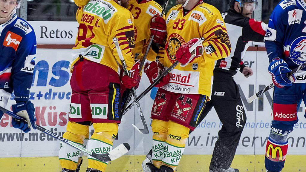 Langnauer Jubel im Hallenstadion: Nils Berger freut sich mit Stefan Rüegsegger und Nolan Diem über das wegweisende 1:0