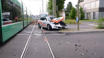 «Mached langsam, wenns pressiert»: Welche Rolle das gefahrene Tempo bei diesem Zusammenstoss zwischen einem 14er-Tram und einem Baselbieter Patrouillenfahrzeug vor 14 Tagen in Muttenz spielte, wird derzeit noch untersucht. ZVG/Polizei BL