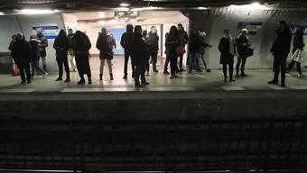 Wartende Passagiere in einer U-Bahn-Station von Paris: Der Generalstreik hat zu massiven Verkehrsproblemen geführt. (AP Photo/Michel Euler)