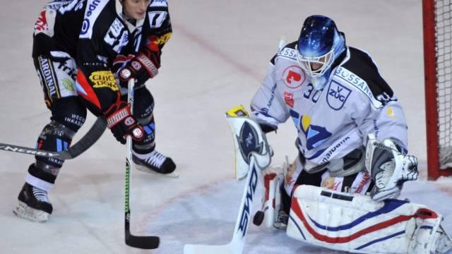 Fribourgs Mark Mowers im Deull gegen Zug-Goalie Jussi Markkanen