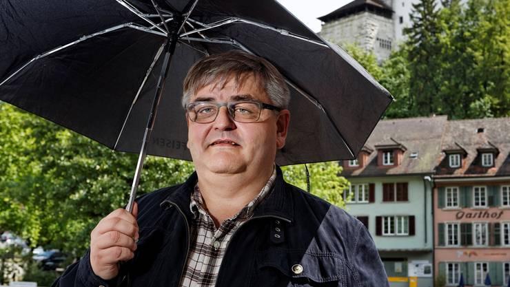 Erst regnet es, dann scheint die Sonne wieder: Hans-Ulrich Schär vor dem Rathaus in Aarburg.André Albrecht