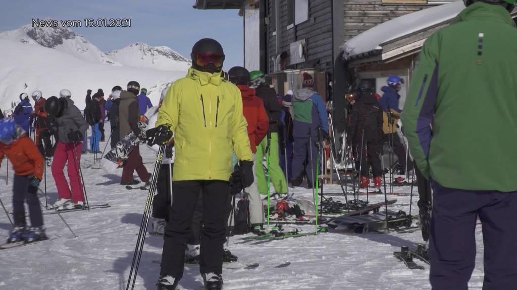 Läden geschlossen, Ski-Pisten offen: Es hagelt Kritik wegen den langen Warteschlangen