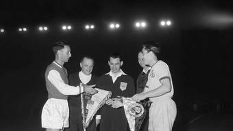 """YBs Captain Eugen """"Geni"""" Meier begrüsst sein Gegenüber. Der belgische Schiedsrichter Lucien van Nouffel sollte ihn im Spiel noch ärgern"""