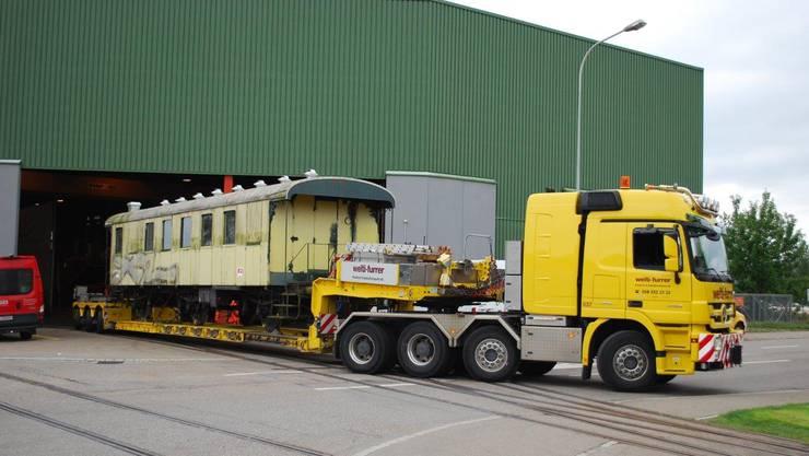 Der Ausnahmetransport verlässt Hinwil in richtung Schlieren. Bild © Jürg Streuli