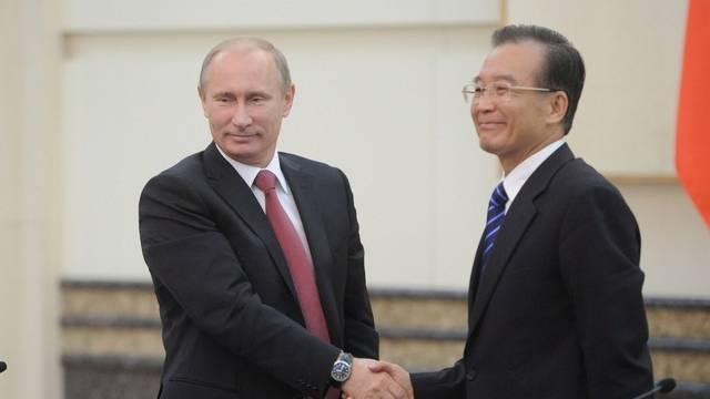 Halb vier zeigt Wladimir Putins Uhr als er Wen Jiabaos Hand drückt