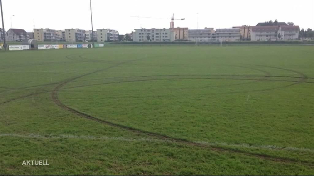 Fussballplatz verwüstet: Mit Auto Runden auf Rasen gedreht