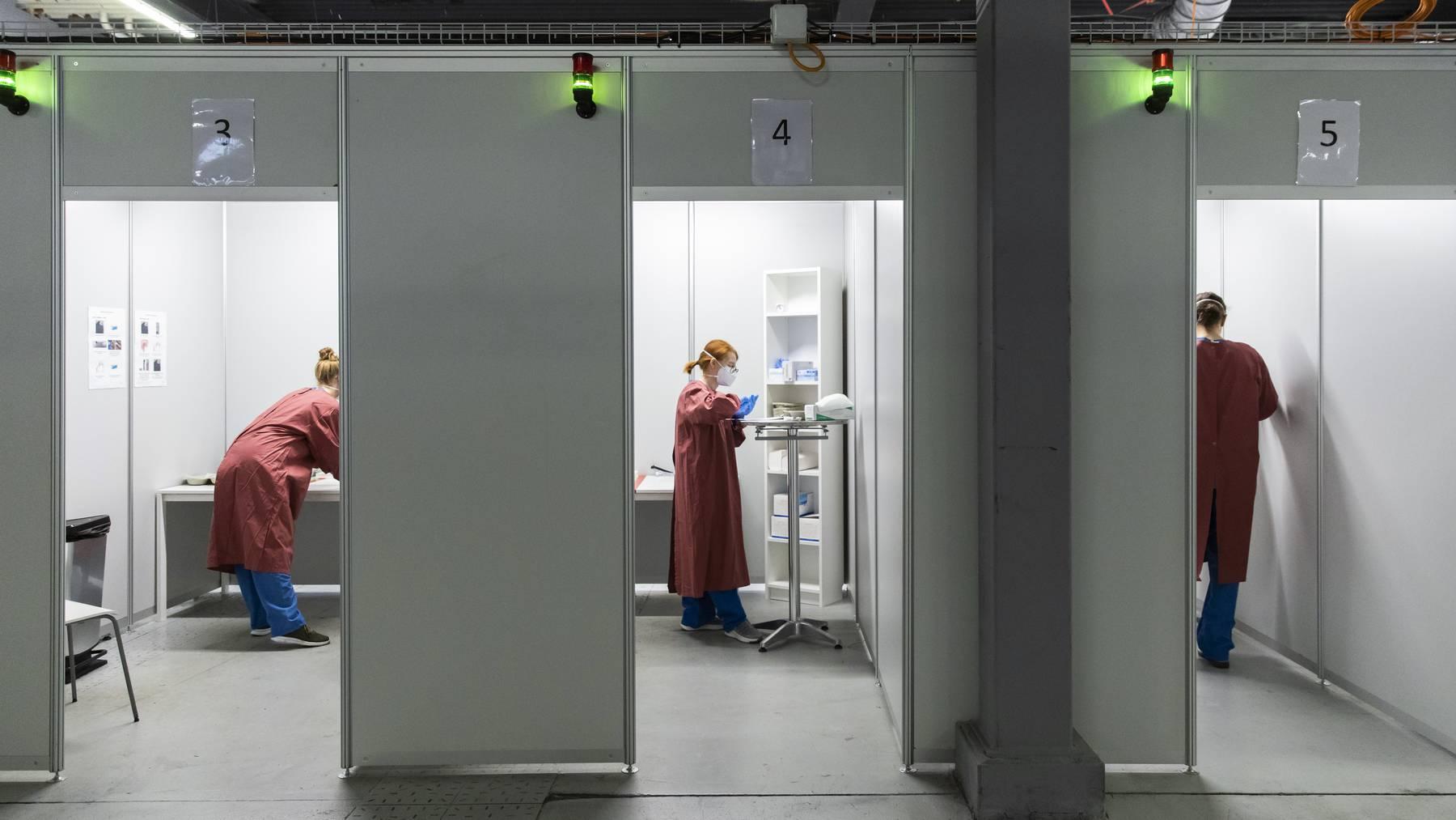 Fachpersonal bei der Arbeit in den Untersuchungskabinen in der Abklaerungs- und Teststation ATS Feldreben, am Donnerstag, 3. Dezember 2020, in Muttenz. Bundesrat Berset besuchte den Kanton Basel Landschaft im Zusammenhang mit der Situation um die Coronavirus Pandemie, Covid-19.