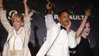 Wer bietet mehr? Die US-Schauspieler Uma Thurman, Will Smith und Jessica Chastain (v.l.n.r.) weibeln an einer Auktion in Cannes für Spenden für die Aidsforschung.