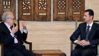 Lakhdar Brahimi (l.) im Gespräch mit Baschar al-Assad