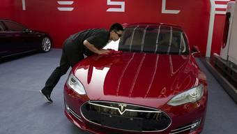 Die Aktien des Autoherstellers Tesla haben am Dienstag an der Börse stark zugelegt. (Archivbild)