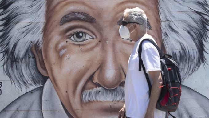 Ein israelischer Mann mit Maske. (Symbolbild) Foto: Sebastian Scheiner/AP/dpa