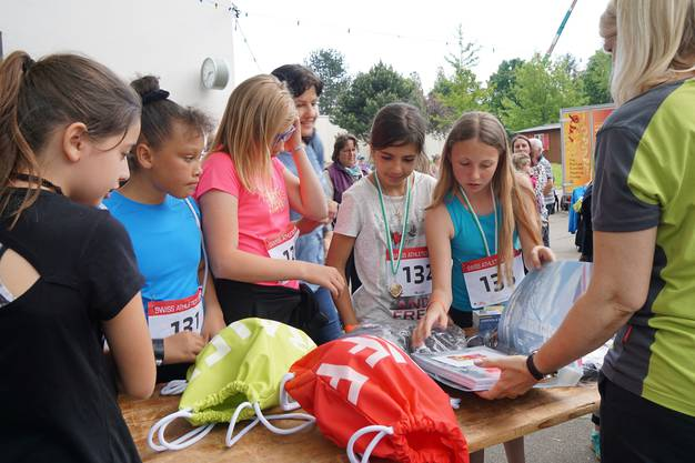 Nach der Siegerehrung für die schnellste Gontenschwilerin dürfen die Läuferinnen ihre Ehrenpreise aussuchen.