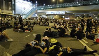 Mehrere hundert Demonstranten harrten in Hongkong auch in der Nacht auf Montag auf den Strassen aus.