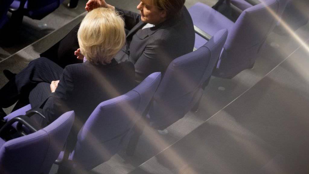 Bundeskanzlerin Merkel (r.) im Gespräch mit Verteidigungsministerin von der Leyen im Bundestag anlässlich der Diskussion über den Einsatz von deutschen Soldaten gegen die IS-Dschihadisten in Syrien.