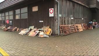 Unbekannte haben ihren ganzen Müll vor dem Brockenhaus Piccolo in Rapperswil deponiert, statt ihn anständig zu entsorgen.