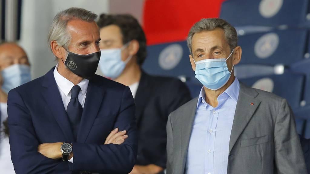 Der ehemalige französische Staatspräsident Nicolas Sarkozy (r) schaut sich ein Fußballspiel in Paris an. Foto: Michel Euler/AP/dpa