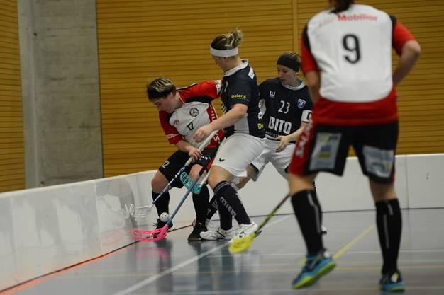 Basel Regios Sara Schäfer (l., Nr. 12) kämpft gegen Zugerlands Nicole Lacher (M.) und Sandra Reinstadler (Nr. 23) um den Ball.