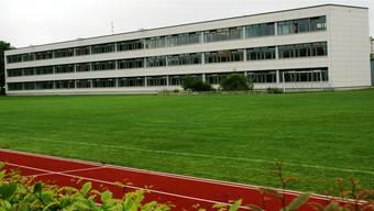 Beim Schulhaus Steinli gibt es noch Landreserven, doch drei neue Klassenzimmer entstehen zunächst im geplanten Neubau der Dreifachturnhalle rechts nebenan. Freiflächen bleiben für Sport und Spiel. ach