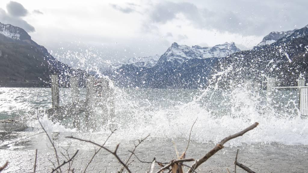 Turbulentes Wochenende in den Alpen mit Föhnsturm und Schnee