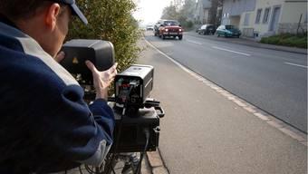 Bei Kontrollen zog die Polizei am Osterwochenende viele Raser aus dem Verkehr. (Symbolbild)