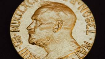 ARCHIV - Eine undatierte Aufnahme zeigt die Vorderseite der Medaille des Friedensnobelpreises, die 1902 von dem norwegischen Künstler Gustav Vigeland enworfen wurde. (zu dpa «Aula statt Rathaus: Friedensnobelpreis-Zeremonie wegen Corona verlegt») Foto: Berit Roald/SCANPIX NORWAY/dpa