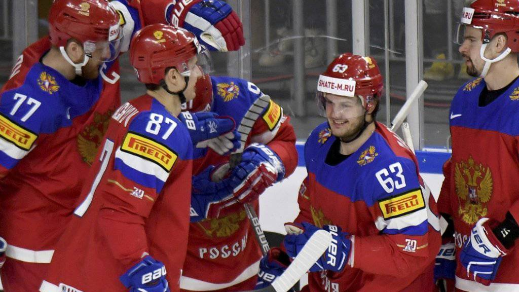 Doppeltorschütze Jewgeni Dadonow (Nr. 63) und seine Teamkollegen feiern einen Treffer auf dem Weg zum 6:0 gegen die Slowakei
