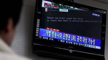 Server-Blackout in Südkorea: Mann sieht sich Meldungen dazu an.