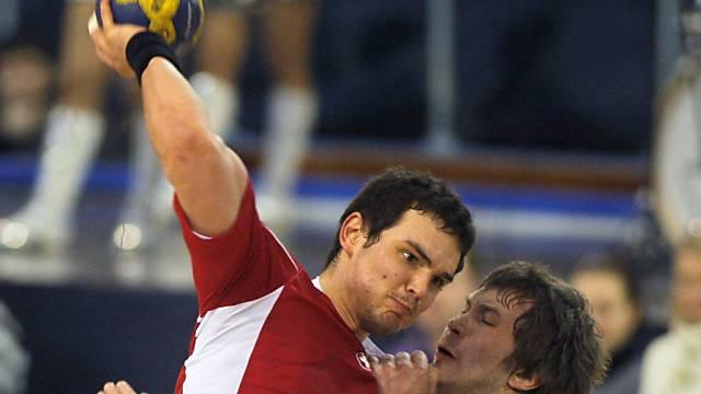 Michal Svajlen setzt sich wuchtig durch.