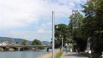 Der Gerüstturm für die Baustellenkamera steht schon am südlichen Aareufer. Links hinten ist der Baufortschritt für die Hilfsbrücke zu erkennen.