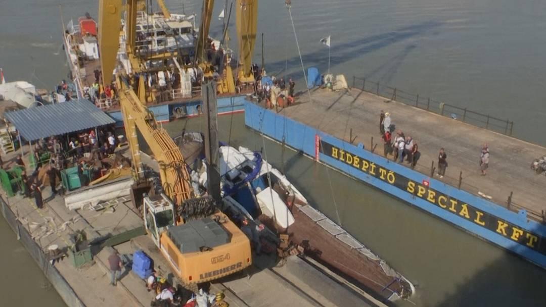 Touristenboot in Budapest geborgen