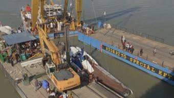 Rettungskräfte haben am Dienstag das Touristenboot geborgen, welches vor knapp zwei Wochen in Budapest mit einem Flusskreuzfahrtschiff zusammengestossen ist. Taucher fanden im Innern des Bootes weitere Leichen.
