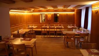 Die Gaststube mit den alten Holzbänken und -wänden. (Archiv)