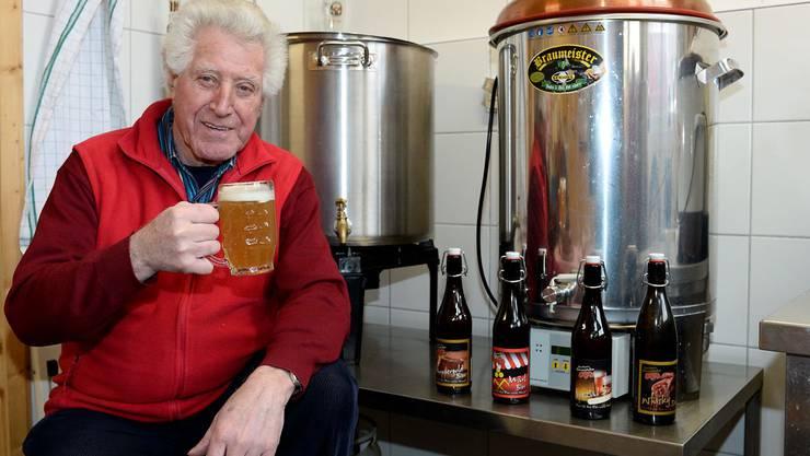 René Heinze besitzt in Lausen die Recher's Braustube. Auf dem Bild sitzt er vor dem kleinen Brautopf in seiner Brauerei.