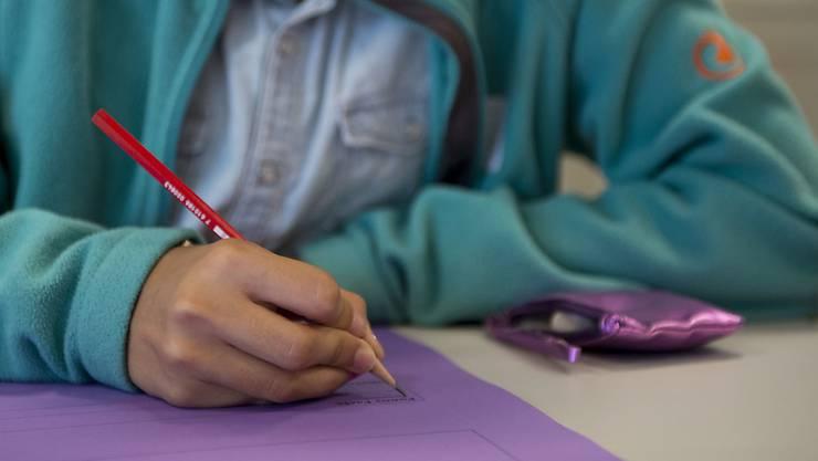 Schüler müssen auch weiterhin genügende Noten in Mathematik und Deutsch schreiben, um den Übertritt an weiterführende Schulen zu schaffen. (Archiv)