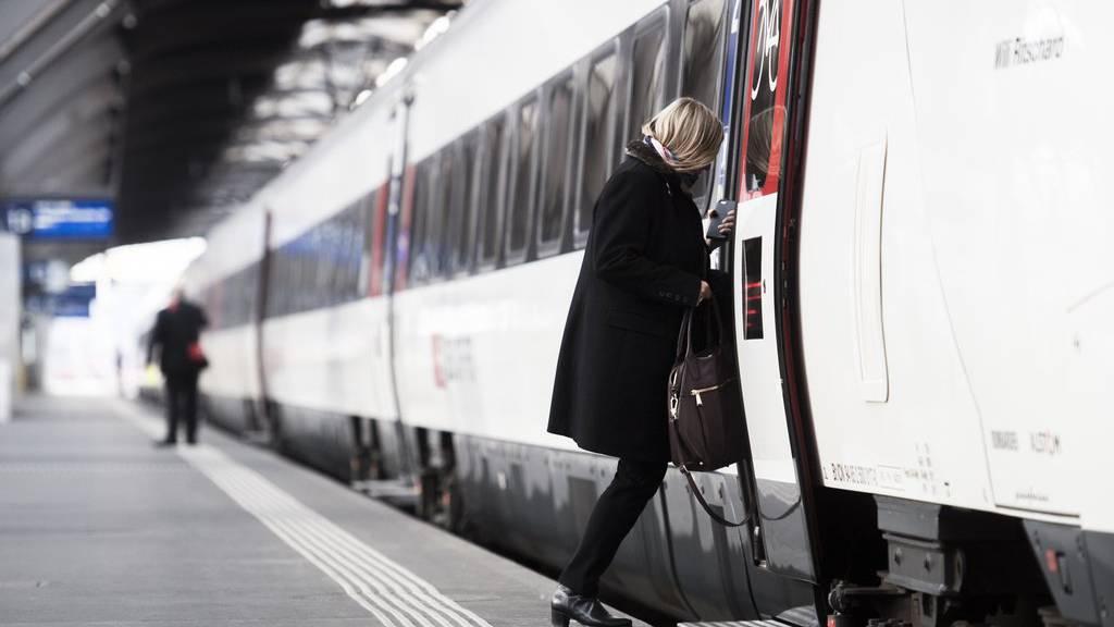 Eine Frau steigt in Zürich ein, sie kann bei Verspätungen jedoch nicht damit rechnen, dass der Zug an ihrem Zielort hält.