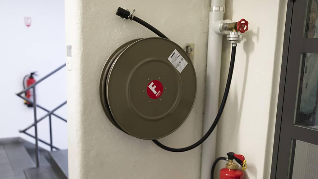 Schlimmeres verhindert: Ein Hauswart löschte in Schaffhausen einen Brand im Treppenhaus eines Mehrfamilienhauses. (Symbolbild)