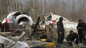 Russische Ermittler beim abgestürzten Flugzeug (Archiv)