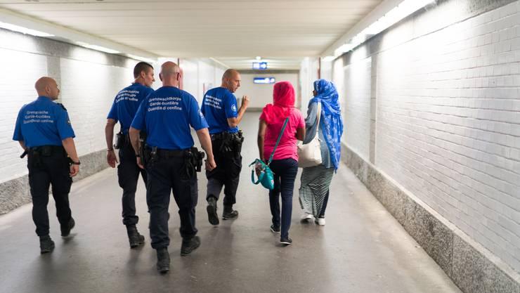 Im nächsten Eurocity werden zwei somalische Frauen aufgegriffen, welche sich eben im WC einschliessen wollten.