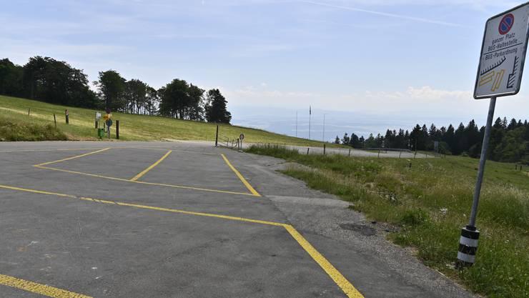 Wegen gesperrter Bergstrasse läuft gar nix mehr auf dem Berg Im Bild: Leerer Parkplatz beim Untergrenchenberg