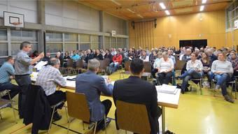 Gemeindepräsident Daniel Lederer (stehend) informierte die zahlreichen Interessierten über den geplanten Ausbau des Schulraums in Oberbuchsiten.