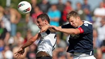 Zweikampf- und kopfballstark: Aaraus Artur Ionita (links). Foto: Christian Boss
