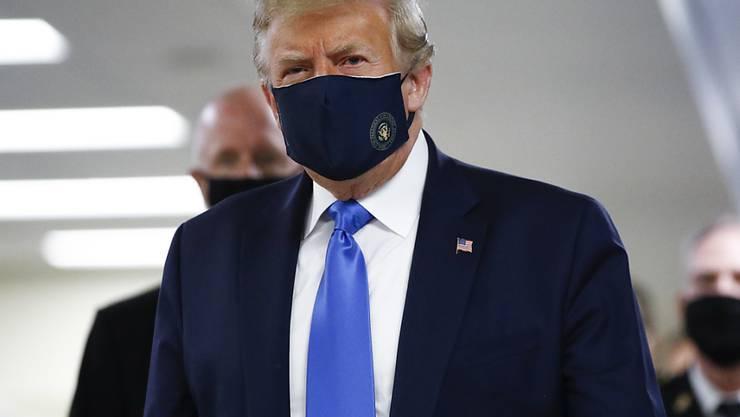 dpatopbilder - Donald Trump, Präsident der USA, trägt einen Soff-Mundschutz, bei seinem Besuch im Walter Reed National Military Medical Center in Bethesda. Foto: Patrick Semansky/AP/dpa