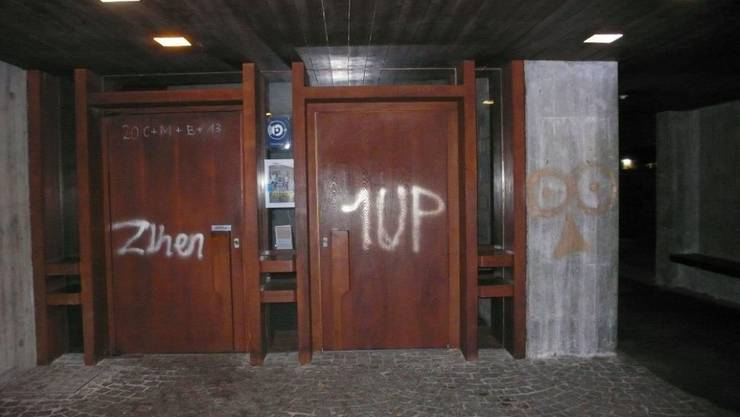21. Oktober 2013: Unbekannte verschmierten auf ihrem Spray-Zug durch Dulliken auch die Römisch-Katholische Kirche.