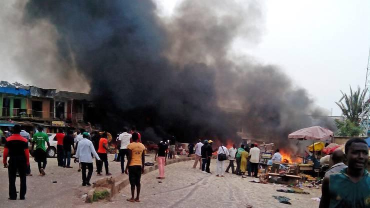 Wie die Polizei mitteilte, detonierten die Sprengsätze im Abstand von wenigen Minuten und rissen Passanten sowie Mitglieder der alarmierten Rettungsmannschaften in den Tod.