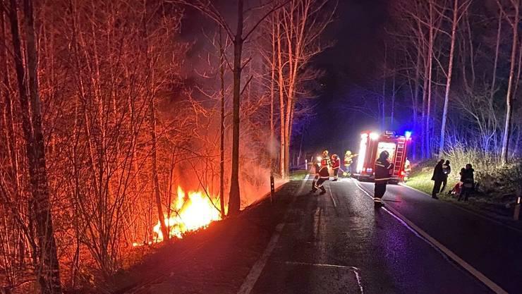 Am späten Samstagabend kam ein Auto in Gretzenbach von der Strasse ab, fing Feuer und brannte komplett aus.