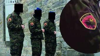 Drei Soldaten posieren mit ihrem selbst gebastelten Badge, der die albanische Flagge und ihren Nationalhelden Skanderbeg zeigt