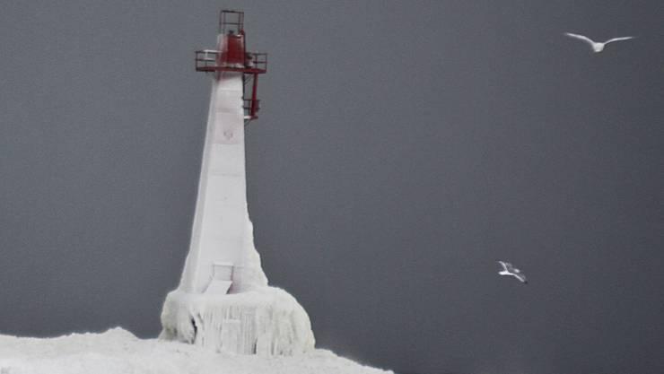 Ein Leuchtturm in Michigan ist nach einem Wintersturm komplett zugefroren.