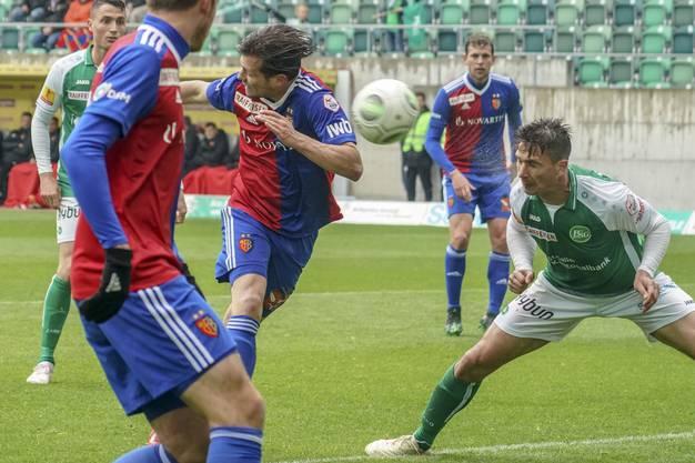 In der 82. Minute darf dann auch noch Valentin Stocker (M.) einnetzen: St. Gallens Milan Vilotic (r.) kann das 3:0 für die Basler nicht verhindern.