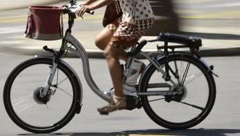 Eine 80-jährige Fussgängerin ist in Zeiningen bei der Kollision mit einem E-Bike-Fahrer schwer verletzt worden. (Symbolbild)